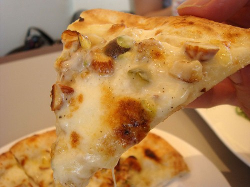 木の実とチーズのおしゃべりピッツァ